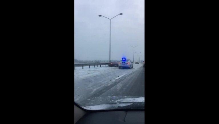ВИДЕО: На Юрмальском шоссе два ДТП с участием трех машин