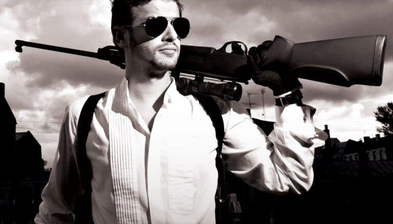 Pirmizrādi piedzīvos Džilindžera iestudētā komēdija 'Ļaujiet izšaut!'