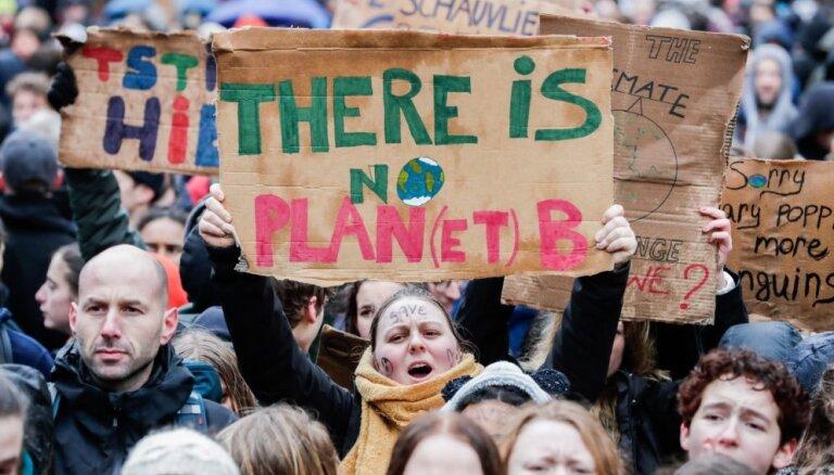 Foto: Briselē desmitiem tūkstošu protestētāju pieprasa aktīvāku rīcību pret klimata pārmaiņām