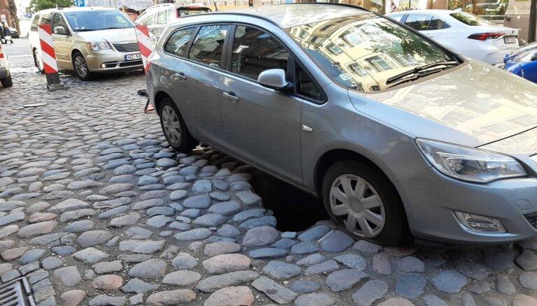 Foto: Ģertrūdes ielā bruģī atkal ielūzis auto; izveidojies sastrēgums