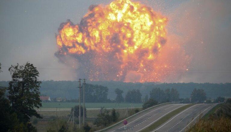 Foto: Ukrainā izcēlies ugunsgrēks munīcijas noliktavā