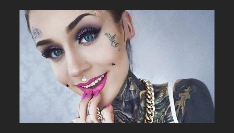 Foto: Tetovētā Monami šokē, iebāžot ausi 'tuneļa' caurumā