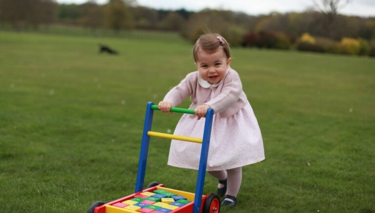 Опубликованы новые фотографии британской принцессы Шарлотты