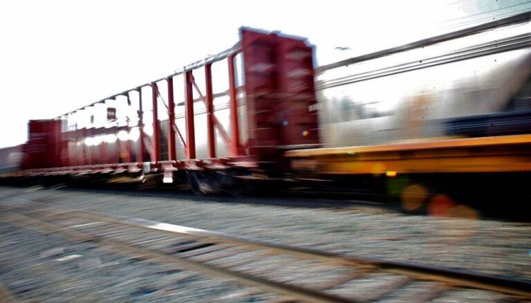 Pirmajā ceturksnī būtisks kritums kravu pārvadājumiem pa dzelzceļu un ostās