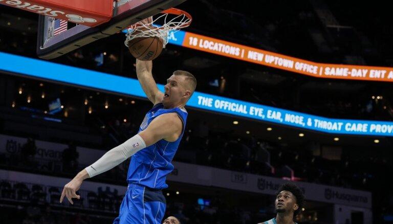 Porziņģis puslaikā gūst 17 punktus un palīdz 'Mavericks' ar 68 punktu pārsvaru sagraut 'Hornets'