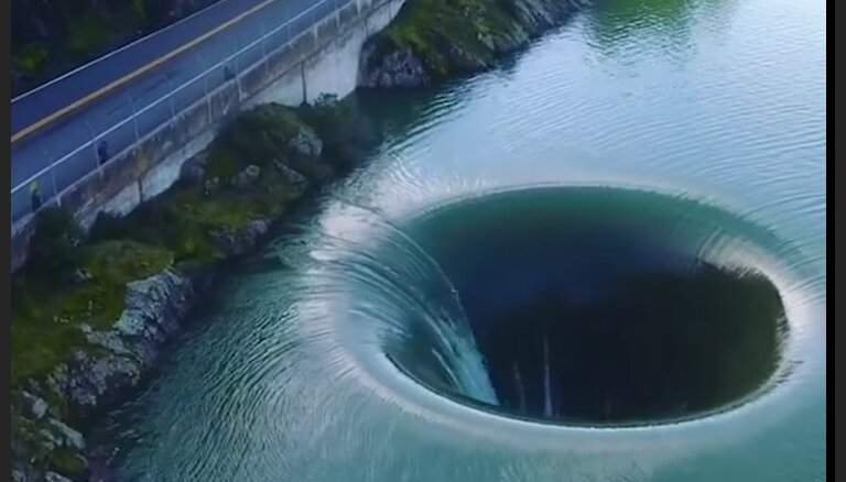 Savdabīgs 'ūdenskritums' bezdibenī, kas rotā ezeru Kalifornijā