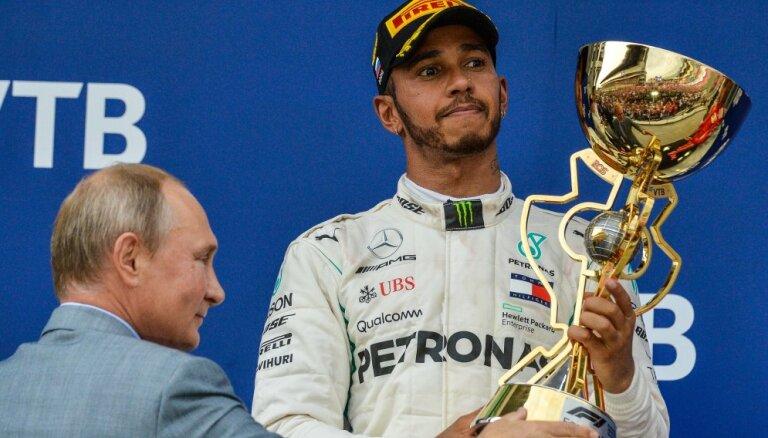 Путин запретил Хэмилтону брызгать на него шампанским после Гран-при России
