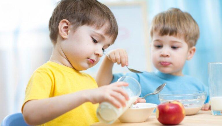 Bērnus no trūcīgām, maznodrošinātām un daudzbērnu ģimenēm Rīgas bērnudārzos ēdinās bez maksas