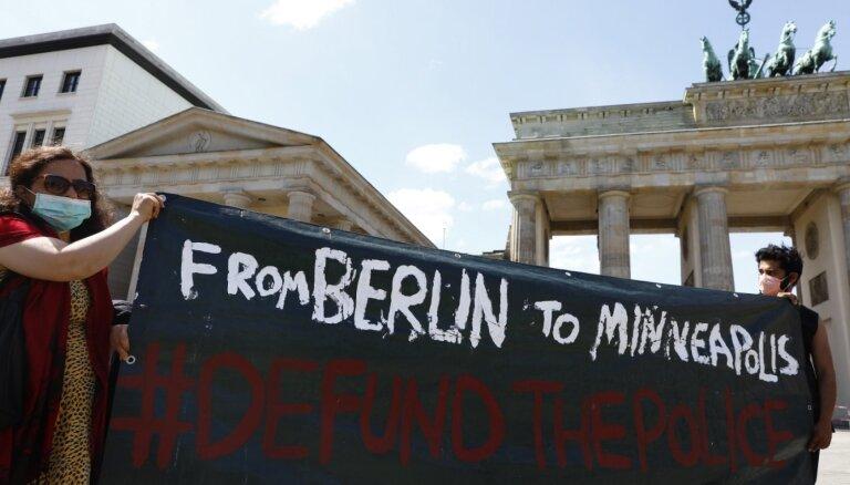 Vācieši demonstrācijās pauž atbalstu afroamerikāņiem un nosoda policijas brutalitāti ASV