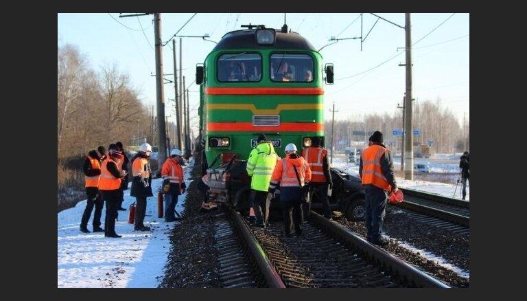 Foto: Vilciena un auto sadursmē Ķegumā divi bojāgājušie