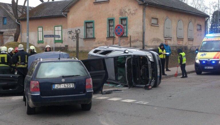 Āgenskalnā pēc sadursmes 'Opel' apgāžas uz sāna