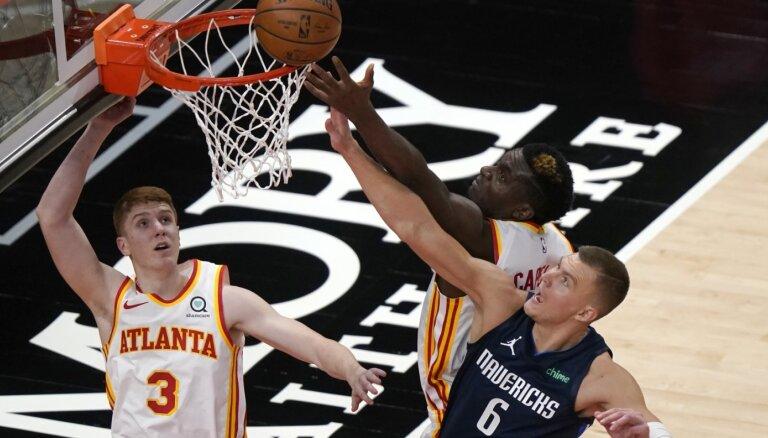 Porziņģis ar 24 punktiem pārtrauc 'Mavericks' zaudējumu sēriju; Bertānam 11 punkti 'Wizards' uzvarā