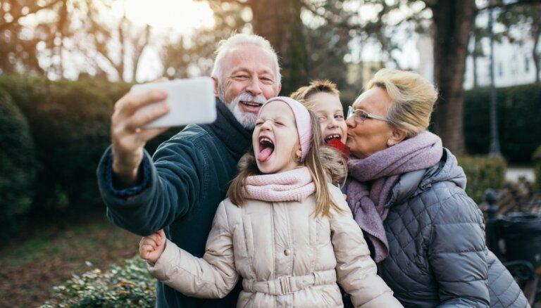 Vecvecāki ļauj visu? Piecas audzināšanas pieejas, lai pārlieku neizlutinātu mazbērnus