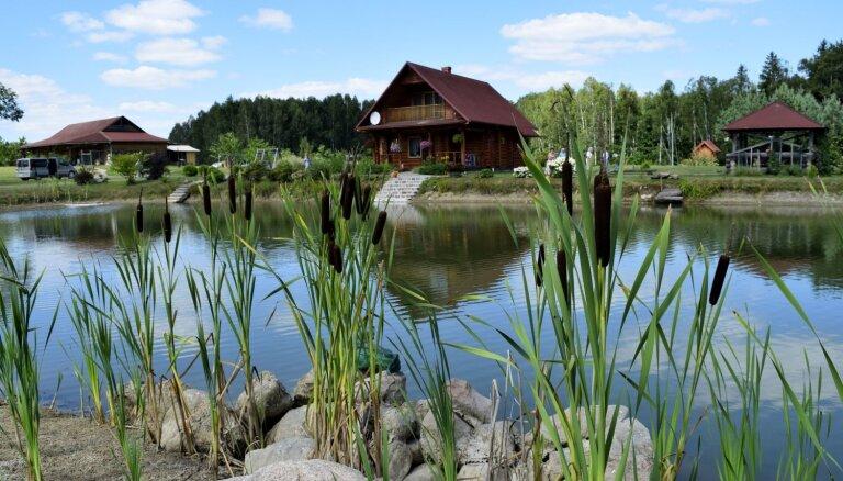 Foto: Kā dārzu īpašnieki Latvijā labiekārtojuši piemājas dīķus