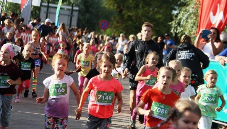 Foto: Kā ļaudis skrēja nakts pusmaratonā Jelgavā