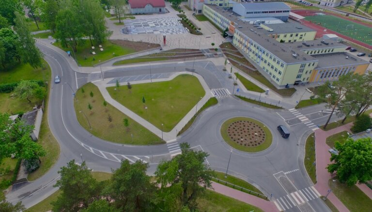 Foto: Ikšķiles centrā pārbūvēta infrastruktūra un mainīta satiksmes organizācija