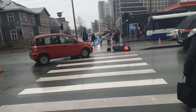 Foto: Brīvības ielā mazauto nogāž luksoforu