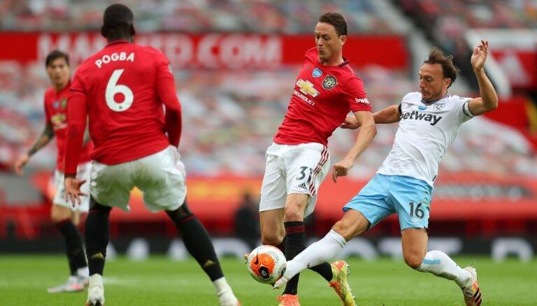 'Manchester United' zaudē svarīgus punktus; 'Liverpool' pieveic 'Chelsea' astoņu vārtu spēlē
