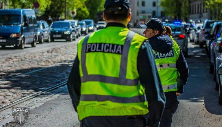 Vīrietis Pļavniekos piekauj savu dzīvesbiedri un uzbrūk policistam