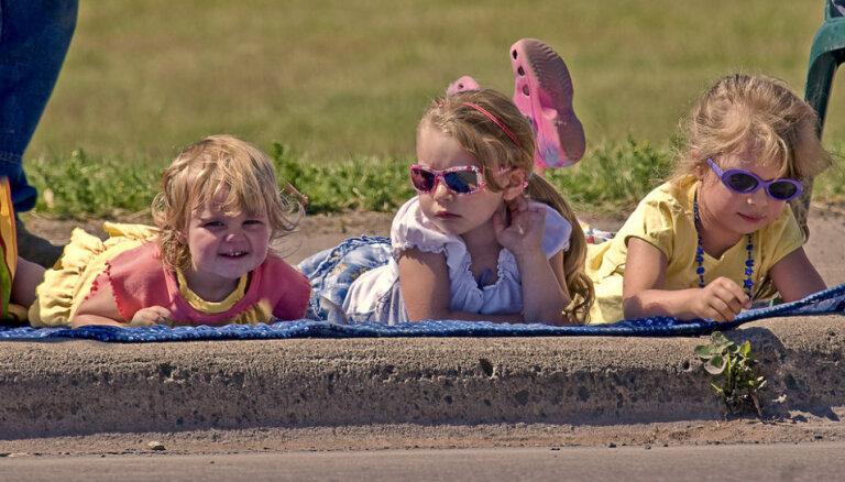 Sakosts telefons, apzīmēts auto un mammai izsisti zobi – apdrošinātāji atklāj iespaidīgākos bērnu nedarbus