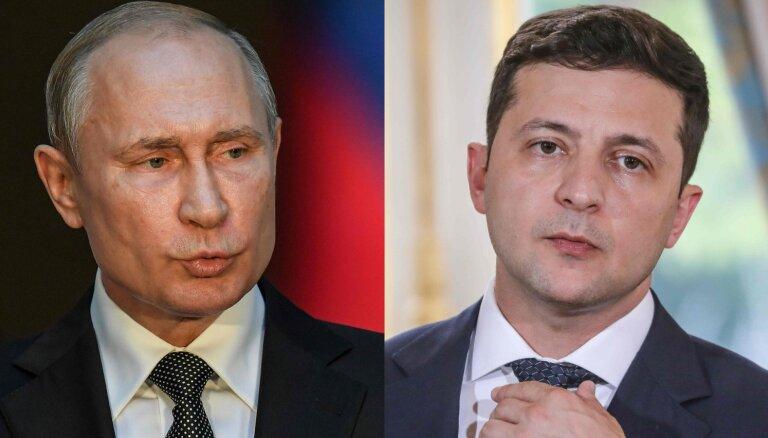 Putins un Zelenskis pirmajā telefonsarunā apsprieduši konfliktu Ukrainas austrumos