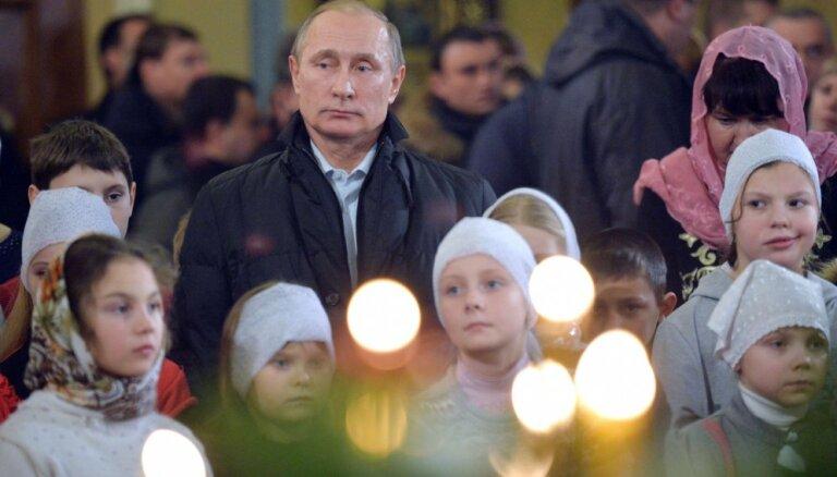 ФОТО: Путин встретил Рождество в храме в Тверской области