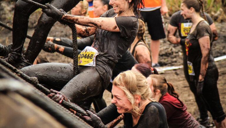 9 kilometri škēršļu un dubļu: kāpēc Madara, Inta un Vineta piedalās stipro skrējienā