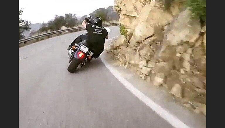Video: 'Harley-Davidson' motociklists T-kreklā pa kalnu ceļu traucas kā ar superbaiku