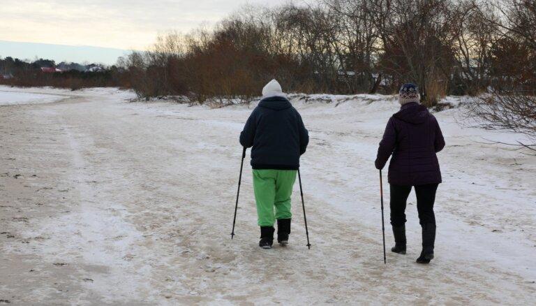 'Atbalsts idejai aug' – par krīzes laika piemaksām pensijām iestājas arī JKP un ZZS
