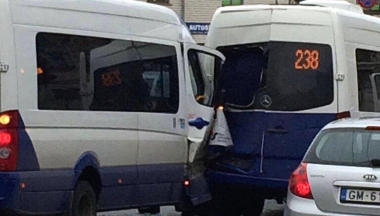 Mikroautobusu avārija Āgenskalnā