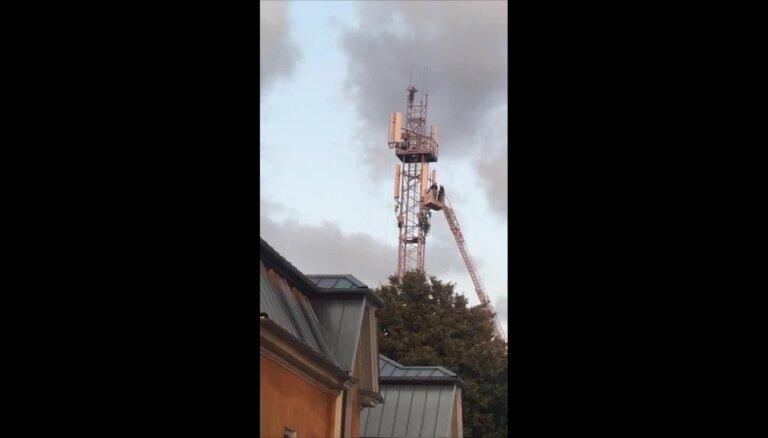 Video: Pārgalvis Dobelē uzrāpjas telekomunikāciju tornī