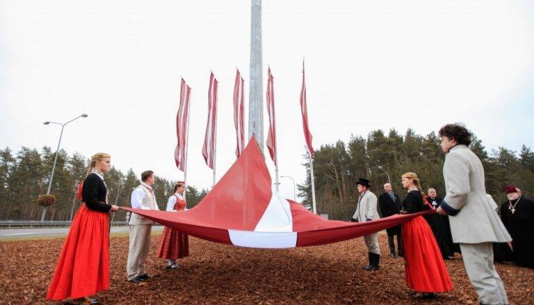 Foto: Jūrmalā paceļ valsts simtgadei veltītu Latvijas karogu 35 metru augstumā