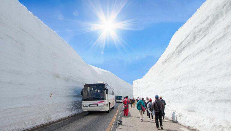 Sniega koridors Japānā, kuru ieskauj pat 20 metrus augstas kupenas