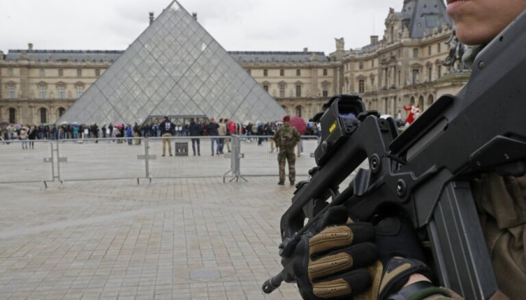 В Париже закрывают Лувр и Эйфелеву башню. Готовятся к субботним протестам
