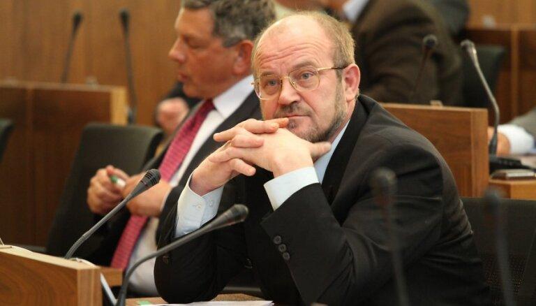 Комиссия Сейма решила не наказывать Адамсонса за критику НАТО на российском ТВ