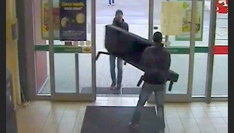 Policija meklē dīvāna zagļus