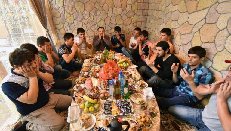 Tadžikistānā piespriež 551 eiro naudassodu par dzimšanas dienas svinēšanu