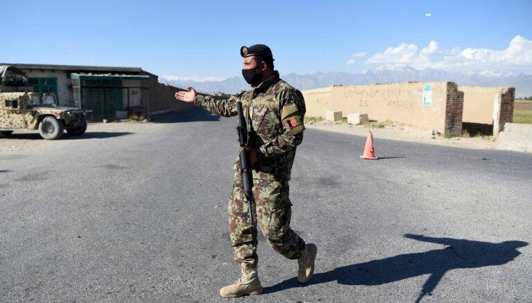Pēc trīs dienu pamiera talibi atkal uzbrūk afgāņu spēkiem