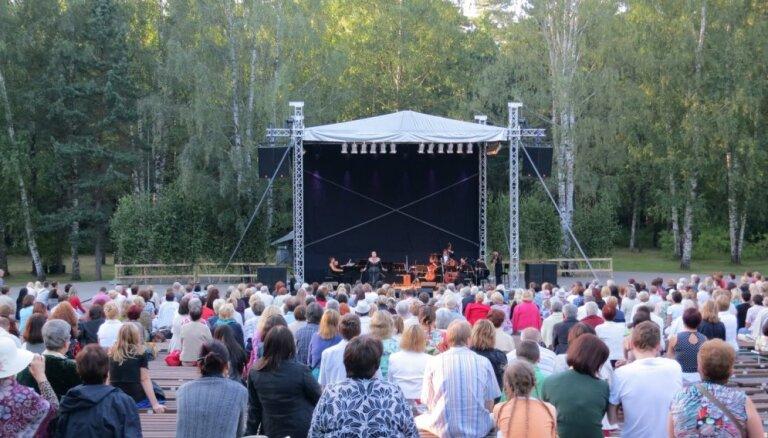 Rīgā norisināsies brīvdabas zaļumballe - šlāgermūzikas festivāls 'Vēl mirkli vasarā'
