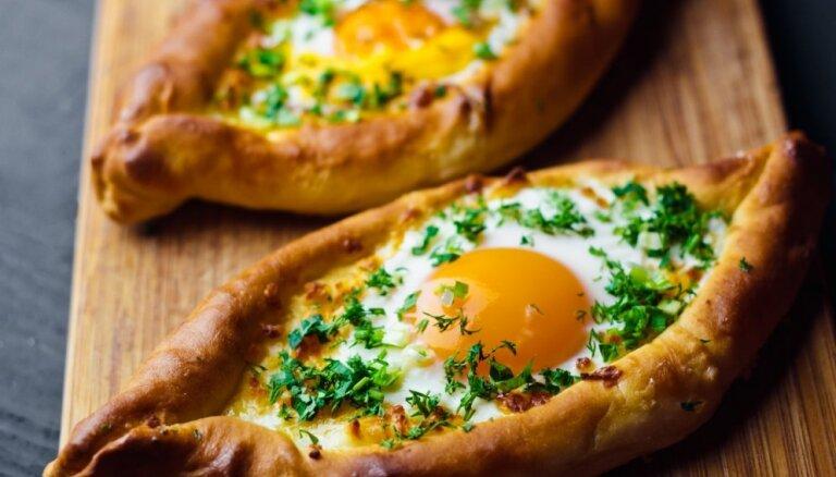 Soli pa solim: kā pagatavot hačapuri jeb siera pīrāgus ar bagātīgu pildījumu
