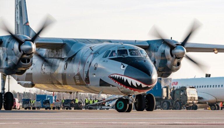 Foto: Rīgā nolaižas Holivudas grāvēja 'Neiznīcināmie 3' haizivs lidmašīna