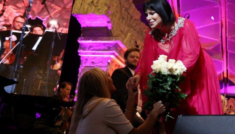 Foto: Krāšņā, mīlas tēmas piesātinātā noskaņā atklāts festivāls 'Summertime – aicina Inese Galante'