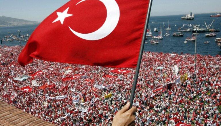 Apvērsuma mēģinājuma dēļ 'Fitch' samazina Turcijas kredītreitinga prognozi