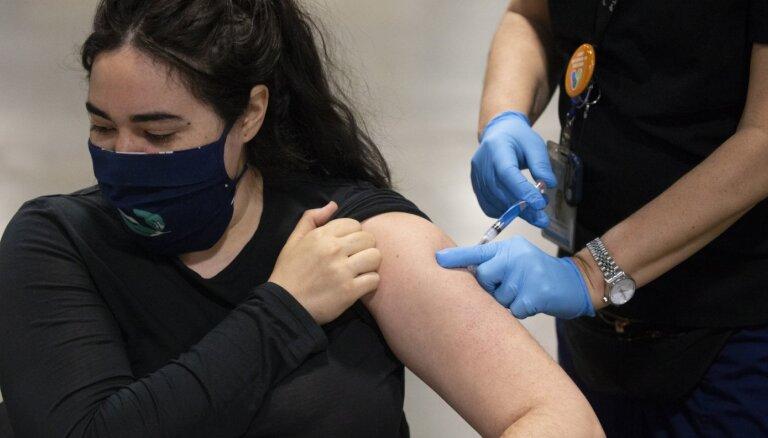 Lielbritānijā pret Covid-19 pilnībā vakcinētas divas trešdaļas pieaugušo