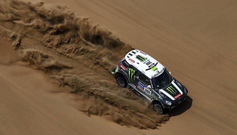Peteransels izvirzās Dakaras rallija vadībā par spīti komandas pavēlēm