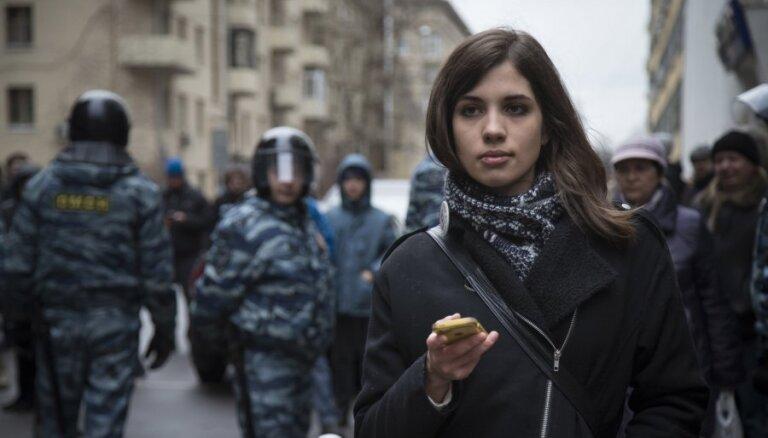 "Активистка Pussy Riot Толоконникова представила ""Руководство по революции"""