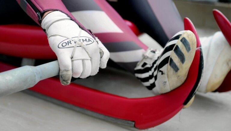 Latvijas kamaniņu braucēji soli no pjedestāla junioru PK posma komandu sacensībās