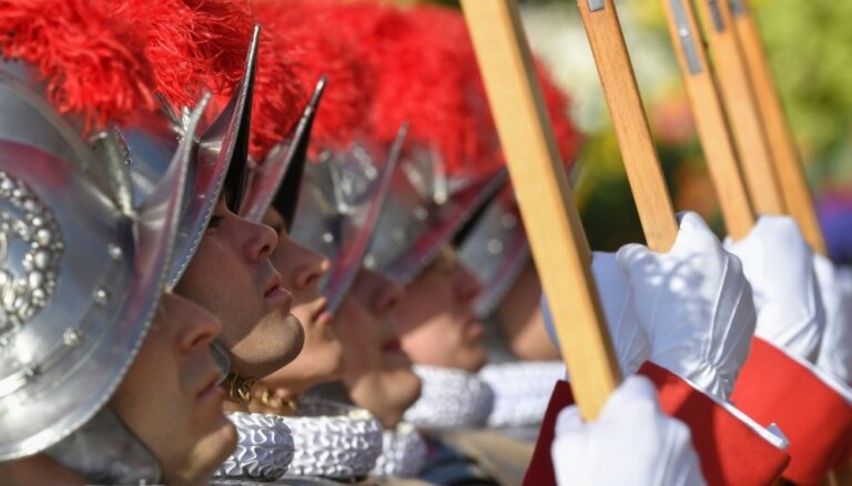 Vatikāna gvarde tiks pie jaunām ķiverēm