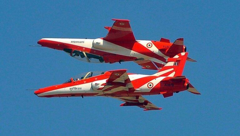 Video: Indijā treniņu laikā traģiski saduras divas lidmašīnas