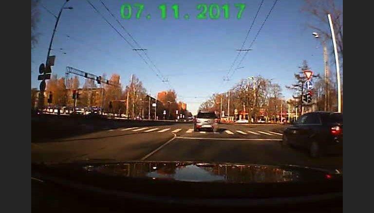 Iļģuciemā auto aizbrauc pie sarkanās gaismas